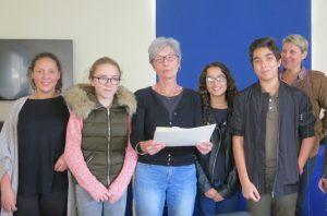 Mme VICTOR et des élèves de 5C lui remettant leurs travaux